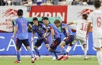 サッカー男子強化試合 日本―スペイン 前半、競り合う吉田(中央)ら=ノエビアスタジアム神戸