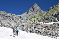 青空に映える北アルプス槍ケ岳を目指す登山者たち=22日午前8時14分