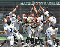 優勝を決めて喜び合う松商学園ナイン=23日、松本市野球場