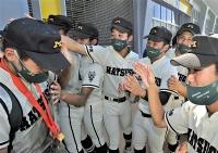 ナインを出迎える岩渕晴大さん(右から3人目)と石川楓真さん(同4人目)=23日午後1時36分、松本市野球場