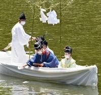 堂島川で行われた天神祭の「鉾流神事」=24日午前、大阪市