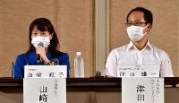「宇宙シンポジウムin串本」に参加した宇宙飛行士の山崎直子さん(左)とJAXAの津田雄一教授=24日午後、和歌山県串本町