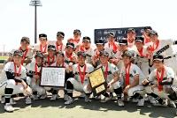優勝し、記念撮影する松商学園の選手たち=23日、松本市野球場