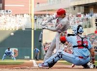 ツインズ戦の1回、右中間に二塁打を放つエンゼルス・大谷=ミネアポリス(共同)