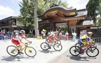 大国魂神社の境内を走り抜ける金子広美(左)ら女子個人ロードレースの選手たち