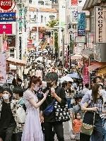 4連休の最終日、東京・原宿の竹下通りを歩く人たち=25日午後