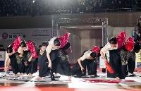 「第14回書道パフォーマンス甲子園」で2度目の優勝を果たした長野県松本蟻ケ崎高の演技=25日午後、愛媛県四国中央市