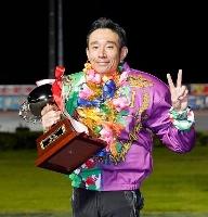共同通信社杯プレミアムカップで優勝し、トロフィーを手にポーズをとる永井大介=飯塚オートレース場