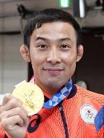 金メダルを手にする男子60キロ級の高藤直寿=日本武道館