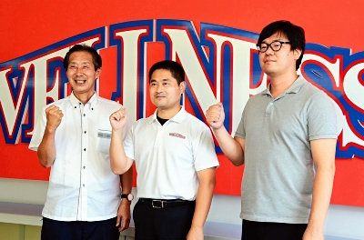 男子バスケ部創部を発表した(右から)鳥井社長、柴岡校長、浜田学習責任者