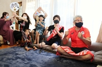 インターネット中継で西藤選手の試合を観戦する父繁さん(右端)ら。3回戦進出が決まった時は喜びに沸いた=26日、箕輪町