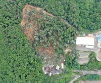 国道19号(右下)の付近で幅180メートル、長さ240メートルにわたって発生した地滑りの現場=6日、長野市(長野国道事務所提供)
