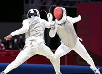 男子フルーレ個人 3回戦でフランスの選手(左)に敗れた西藤俊哉=幕張メッセ(中村桂吾撮影)