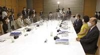 首相官邸で開かれた安定的な皇位継承策を議論する有識者会議=26日午後