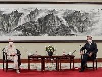 会談するシャーマン米国務副長官と中国の王毅国務委員兼外相=26日、北京(UPI=共同)