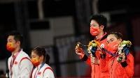 混合ダブルスで銀メダルに終わった中国の許キン、劉詩ブン組(左)、右は金メダルの水谷隼、伊藤美誠組=26日、東京体育館(ロイター=共同)