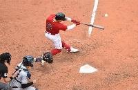 25日のヤンキース戦で二塁打を放つレッドソックスのエンリケ・エルナンデス=ボストン(USAトゥデー・ロイター=共同)