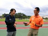 東京五輪・パラリンピックでスターターを務める青柳智之さん(右)と、審判を務める犬飼七夕子さん=7月3日、松本市の県松本平広域公園陸上競技場