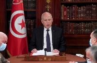 25日、軍や警察幹部を集めた会議を進行するチュニジアのサイード大統領=チュニス(AP=共同)