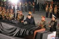 北朝鮮・平壌の「祖国解放戦争参戦烈士の墓」を訪れた金正恩朝鮮労働党総書記(中央)=27日(朝鮮中央通信=共同)
