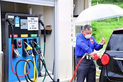 地上タンクから車に給油する後藤さん