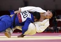 男子73キロ級決勝で、ジョージアのラシャ・シャフダトゥアシビリを攻める大野将平=日本武道館