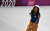 26日のスケートボード、女子ストリート決勝で笑顔を浮かべるブラジルの13歳、ライッサ・レアウ=有明アーバンスポーツパーク(ロイター=共同)