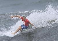 男子準決勝 波を攻める五十嵐カノア=釣ケ崎海岸サーフィンビーチ