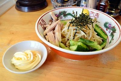「らぁめん 鶏支那屋」の「ゴロゴロきゅうりの冷やし中華」。マヨネーズは小皿に載って出される