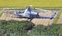 農地に不時着した米海兵隊普天間飛行場所属のAH1攻撃ヘリ=27日午後2時25分、宮崎県串間市崎田(共同通信社ヘリから)