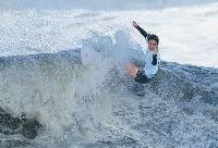 女子3位決定戦 波を攻める都筑有夢路=釣ケ崎海岸サーフィンビーチ