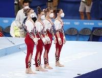 女子予選でボディスーツを着て、マスク姿で整列するドイツの選手たち=25日、有明体操競技場