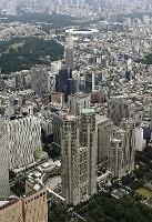 東京都庁舎(手前中央)。奥は国立競技場