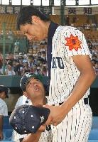 2003年8月、夏の甲子園大会決勝で敗れたダルビッシュ有投手をねぎらう東北高監督の若生正広さん