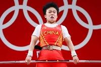 在スリランカ中国大使館が抗議した、東京五輪の重量挙げ女子49キロ級で優勝した中国の侯志慧の写真=24日、東京国際フォーラム(ロイター=共同)