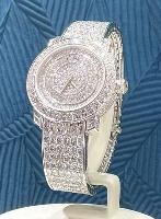 ジェイアール名古屋高島屋の「ウオッチメゾン」で展示される、文字盤やベルトにダイヤモンドをあしらった「ピアジェ」の腕時計。価格は6996万円