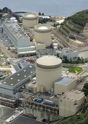 関西電力美浜原発3号機(手前)=6月、福井県美浜町