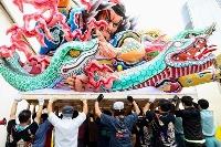 2年連続で「青森ねぶた祭」が中止となる中、「ねぶた」を台車に乗せる「台上げ」が行われた=27日午前、青森市