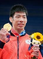 男子81キロ級で優勝し、金メダルを手に笑顔の永瀬貴規=日本武道館