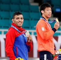 柔道男子81キロ級の表彰式で銀メダルを手にするサイード・モラエイ。右は永瀬貴規=日本武道館