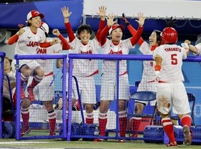 日本―米国 5回、藤田の適時打で生還した山本(5)を大喜びで迎える日本ベンチ=横浜スタジアム