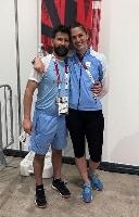コーチのサウセドさん(左)と肩を組むペレスマウリセ=26日、千葉・幕張メッセ(ロイター=共同)