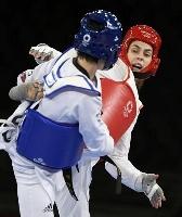 女子67キロ超級決勝で韓国選手(手前)を破り、優勝したセルビアのマンディッチ=幕張メッセ