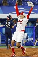 米国を破って金メダルを獲得し、両腕を突き上げる上野=横浜スタジアム