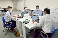開設を控えた県健康観察センターで準備作業をする委託先の会社スタッフ=28日、長野市