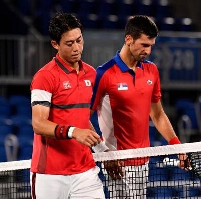 男子シングルス準々決勝でノバク・ジョコビッチ(右)に敗れた錦織圭=有明テニスの森公園