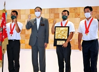 阿部知事(左から2人目)と記念撮影する松商学園の選手ら