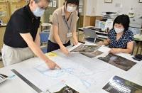 作成中の地域防災マップを眺める職員ら