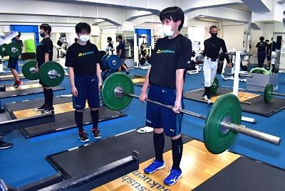 筋トレをする運動クラブの生徒。スポーツセンターでは体づくりなどを専門的に支援する