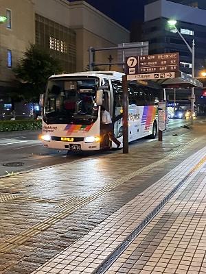 長野駅前を出発する新宿行きの高速バス=30日